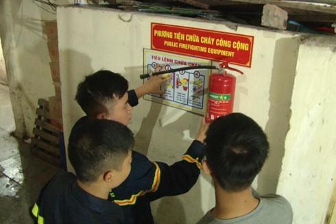 Lực lượng PCCC & CNCH - CAQ Hoàn Kiếm đang lắp đặt các thiết bị chữa cháy công cộng thí điểm.