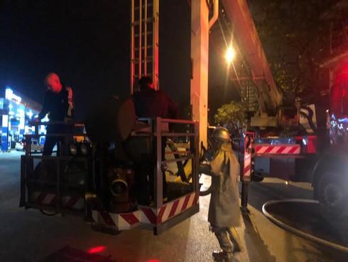 Bốn người trong 1 gia đình được cứu thoát khỏi đám cháy lúc tảng sáng