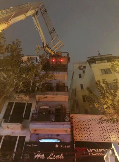 Nhận được tin báo, Đội PCCC & CNCH – CAQ Hoàn Kiếm đã điều động 2 phương tiện khẩn trương đến hiện trường.
