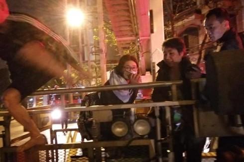 4 nạn nhân bên trong nhà đã được các chiến sĩ Cánh sát PCCC dùng xe thang cứu ra ngoài an toàn