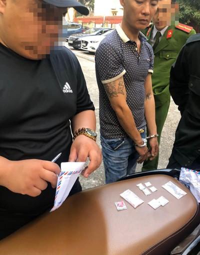 Nguyễn Thanh Hà giao nộp phong bì thư chứa ma túy cho lực lượng 141.