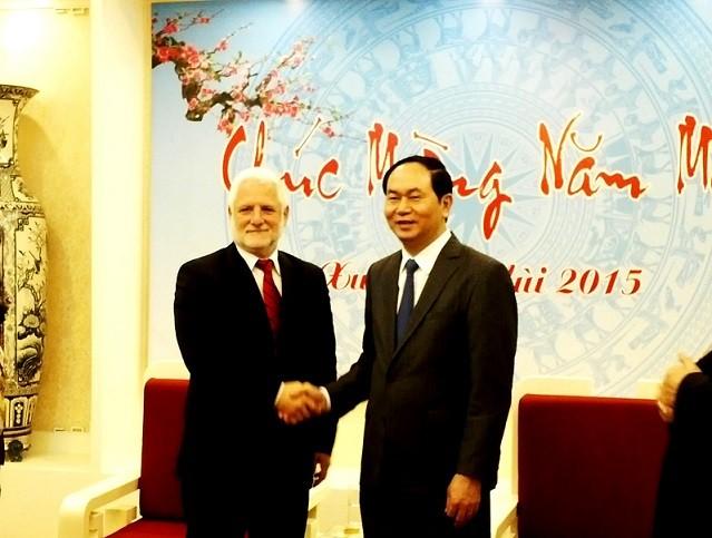Bộ trưởng Bộ Công an Trần Đại Quang (bên phải) và ngài Dan Harel, Tổng Vụ trưởng Quốc phòng Israel