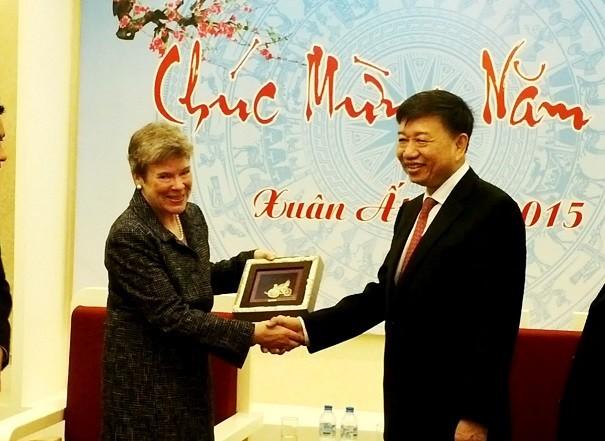 Thứ trưởng Tô Lâm trao quà lưu niệm của Bộ Công an Việt Nam cho bà Rose Gottemoeller, Thứ trưởng Bộ Ngoại giao Hoa Kỳ