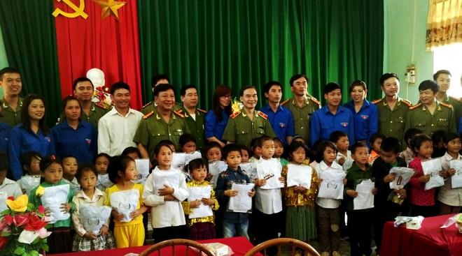 Cụm thi đua số 1 CATP Hà Nội trao tặng quà cho các em học sinh lớp một trường Tiểu học Lũng Cú, xã Lũng Cú, huyện Đồng Văn, tỉnh Hà Giang
