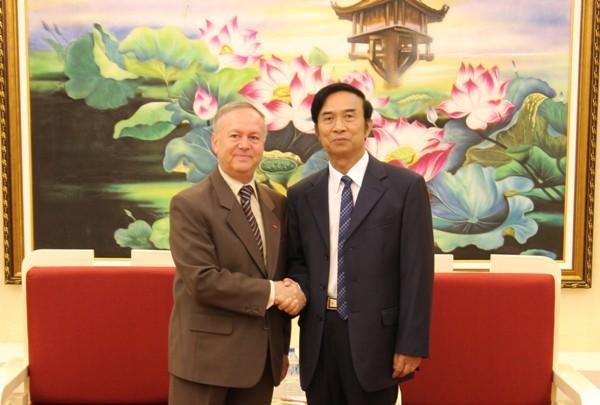 Thượng tướng Đặng Văn Hiếu, Thứ trưởng Thường trực Bộ Công an và ngài Valeriu Arteni, Đại biện Rumani tại Việt Nam (bên trái)