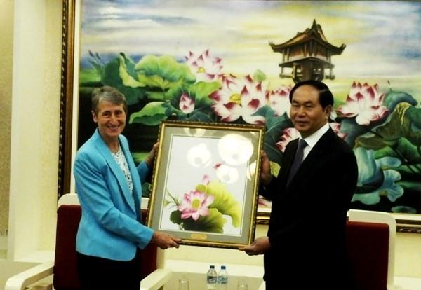 Bộ trưởng Trần Đại Quang trao quà lưu niệm cho bà Sally Jewell, Bộ trưởng Bộ Nội vụ Hoa Kỳ