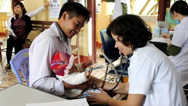 Sự tận tâm phục vụ người bệnh của đoàn công tác Cụm thi đua số 4 CATP Hà Nội đã nhận được nhiều cảm kích từ những người dân nơi đây