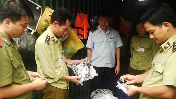 Lực lượng liên ngành kiểm tra hàng hóa trong cơ sở
