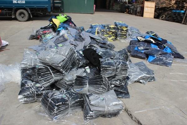 Phát hiện hàng trăm chiếc áo có dấu hiệu giả nhãn hiệu Nike và Adidas ảnh 3