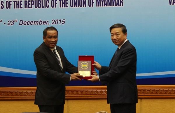 Thượng tướng Tô Lâm, Thứ trưởng Bộ Công an Việt Nam (bên phải) trao quà lưu niệm cho Chuẩn tướng Kyaw Kyaw Tun, Thứ trưởng Bộ Nội vụ Myanmar