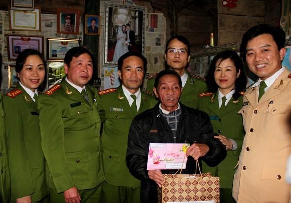 Đoàn công tác CATP Hà Nội cũng đến thăm gia đình đồng chí thương binh Đinh Tiến Bình