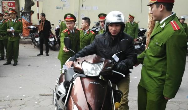 Các chiến sỹ công an trợ giúp người dân