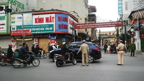 Các lực lượng chức năng CATP Hà Nội tổ chức phân luồng giao thông cho giáo dân đi lễ