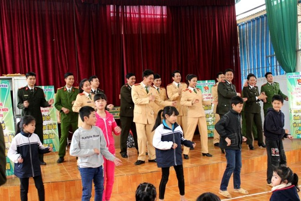 """Các cán bộ đoàn viên thanh niên CATP Hà Nội cùng tham gia vũ điệu """"Rửa tay"""" với các em nhỏ tại Trung tâm Giáo dục lao động xã hội số 2"""