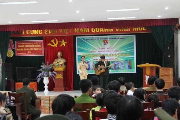 Đoàn thanh niên CATP Hà Nội trao quà cho các em nhỏ đang được nuôi dưỡng tại Trung tâm nuôi dưỡng người già và trẻ tàn tật, xã Thụy An, huyện Ba Vì, Hà Nội