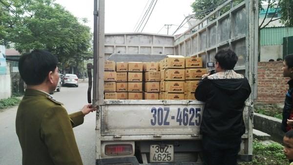 Lực lượng chức năng kiểm tra, phát hiện trên xe chở gần 10.000 sản phẩm sa tế có dấu hiệu giả nhãn hiệu