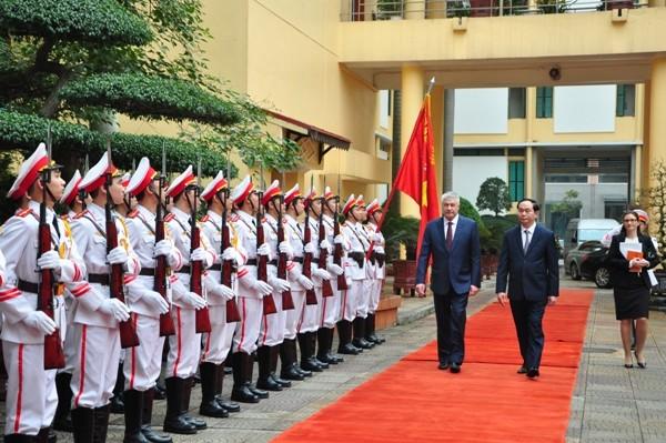 Bộ trưởng Trần Đại Quang và Bộ trưởng Bộ Nội vụ Liên bang Nga Kolokoltsev Vladimir Aleksandrovich duyệt đội danh dự CAND Việt Nam