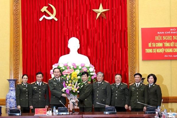 Đại tướng Trần Đại Quang, Bộ trưởng Bộ Công an, Chủ tịch Hội đồng nghiệm thu tặng hoa chúc mừng Ban nghiên cứu tổng kết đề tài