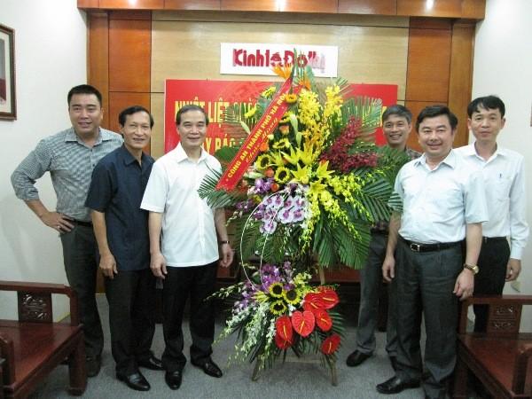Đồng chí Phạm Xuân Bình, Phó Giám đốc CATP Hà Nội tặng hoa chúc mừng