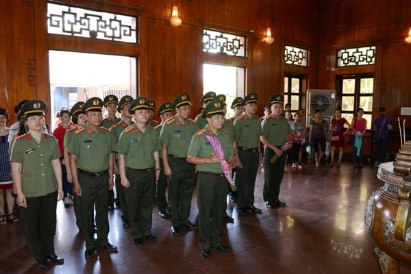 Cán bộ chiến sỹ Phòng Bảo vệ chính trị V, CATP Hà Nội, báo công dâng Bác