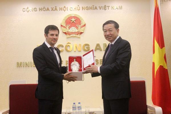 Bộ trưởng Bộ Công an Tô Lâm tặng quà Thứ trưởng Bộ Nội vụ Cộng hòa Bulgaria