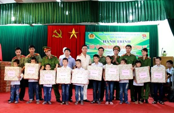 Cụm thi đua số 8 và Đoàn thanh niên CATP trao quà cho các học sinh nghèo vượt khó