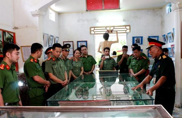 Tuổi trẻ Công an Thủ đô có buổi sinh hoạt truyền thống tại Bảo tàng chiến sỹ Cách mạng bị địch bắt tù đày