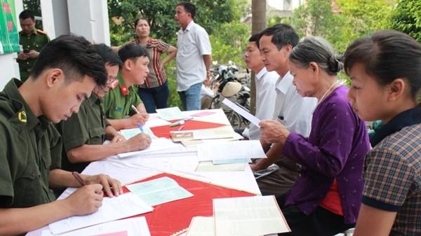 Lực lượng công an tận tình hướng dẫn người dân thực hiện các thủ tục hành chính