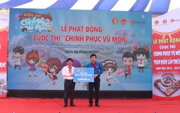 Ông Nguyễn Ngọc Thủy, Chủ tịch HĐQT, TGĐTập đoàn Egroup thay mặt BTC lên trao tặng số tiền ủng hộ
