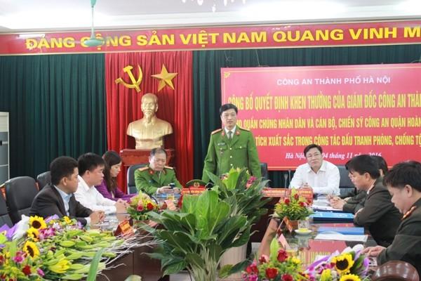 Đại tá Nguyễn Duy Ngọc, Phó Giám đốc CATP Hà Nội biểu dương các cá nhân tham gia khám phá vụ trọng án