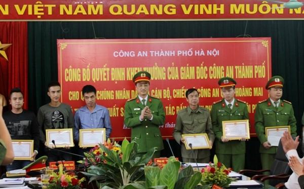 Đại tá Nguyễn Duy Ngọc, Phó Giám đốc CATP Hà Nội tặng giấy khen cho các cá nhân có thành tích xuất sắc trong công tác đấu tranh, phòng chống tội phạm quận Hoàng Mai