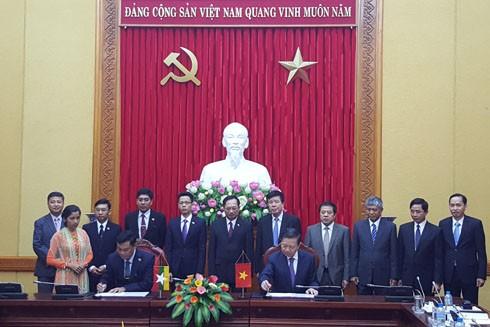 Bộ trưởng Bộ Công an Tô Lâm và Bộ trưởng Bộ Nội vụ Myanmar Kyaw Swe ký kết biên bản hợp tác