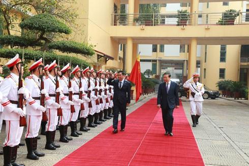 Bộ trưởng Tô Lâm và Bộ trưởng Bộ Nội vụ Myanmar Kyaw Swe duyệt đội danh dự CAND Việt Nam