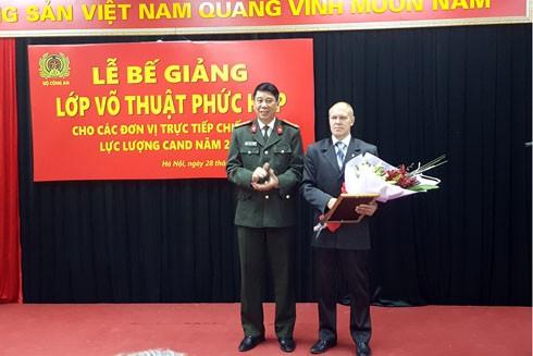 Đại tá Nguyễn Hữu Thắng – Phó Cục trưởng Cục Công tác Chính trị CAND trao tặng kỷ niệm chương Vì An ninh Tổ quốc cho chuyên gia Shurygin Sergei