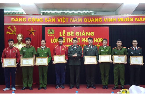 8 giảng viên, học viên đạt thành tích xuất sắc trong quá trình học tập được khen thưởng