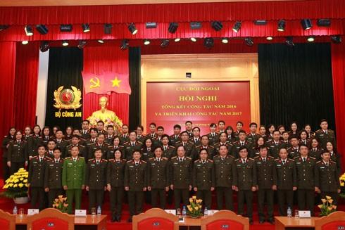 Thứ trưởng Nguyễn Văn Thành chụp ảnh lưu niệm cùng cán bộ chiến sỹ Cục Đối ngoại
