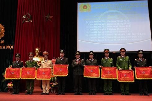"""Các cơ sở Đoàn nhận cờ Cụm trưởng các Cụm thi đua phong trào """"5 xung kích"""" năm 2017"""