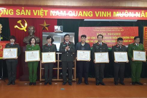 Trung tá Vũ Mạnh Hà, Chủ tịch Công đoàn CAND trao bằng khen cho các Công đoàn cơ sở CATP Hà Nội đạt thành tích xuất sắc năm 2016