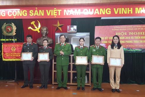 Đại tá Đào Thanh Hải, Phó Giám đốc CATP Hà Nội tặng giấy khen cho các tập thể, cá nhân Công đoàn CATP có thành tích xuất sắc