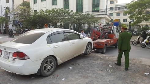 Một chiếc xe bị niêm phong, đưa về nơi tạm giữ