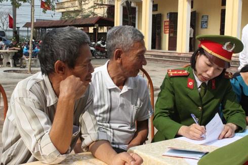 Nhân dân đánh giá cao tinh thần trách nhiệm với công việc của các cán bộ chiến sĩ