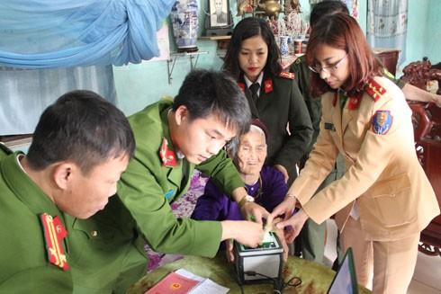 Tổ công tác đến tận nhà làm thủ tục cấp căn cước công dân cho cụ Nguyễn Thị Quán