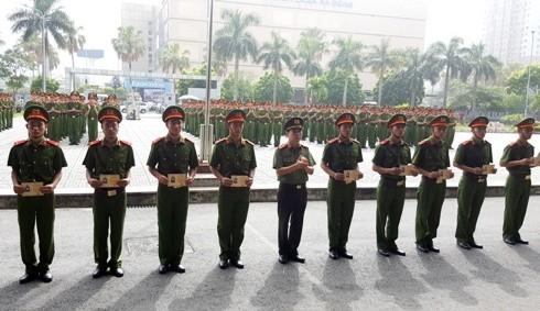 Trung tâm Huấn luyện & Bồi dưỡng nghiệp vụ CATP Hà Nội trao chứng chỉ cho gần 300 chiến sĩ hoàn thành khóa huấn luyện
