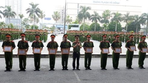 41 chiến sĩ có thành tích xuất sắc trong khóa huấn luyện đã được CATP Hà Nội khen thưởng