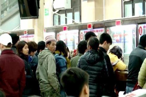 Người dân xếp hàng chờ mua vé tàu