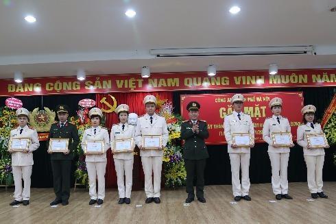 Các tập thể, cá nhân thuộc Trung tâm Huấn luyện và bồi dưỡng nghiệp vụ nhận giấy khen của CATP Hà Nội vì những thành tích xuất sắc trong 10 năm qua