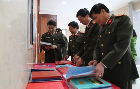 Bài dự thi được trưng bày rộng rãi cho cán bộ chiến sỹ tham quan