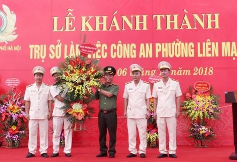 Thiếu tướng Đoàn Ngọc Hùng thay mặt Đảng ủy, Ban Giám đốc CATP tặng hoa chúc mừng CBCS CAP Liên Mạc