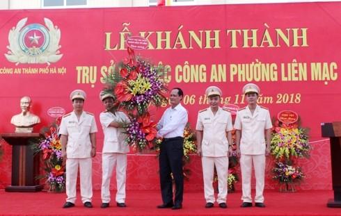 Thay mặt Đảng ủy, UBND quận, Ông Đỗ Mạnh Tuấn, Phó Bí thư, Chủ tịch UBND quận Bắc Từ Liêm tặng hoa chúc mừng CBCS CAP Liên Mạc