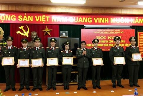Các tập thể, cá nhân phòng An ninh chính trị nội bộ CATP Hà Nội nhận danh hiệu Đơn vị Quyết thắng và Chiến sĩ thi đua cơ sở